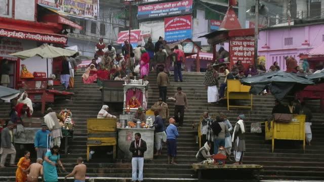 vidéos et rushes de ws zo view of people at bank of river ganges / haridwar, uttarakhand, india - châle