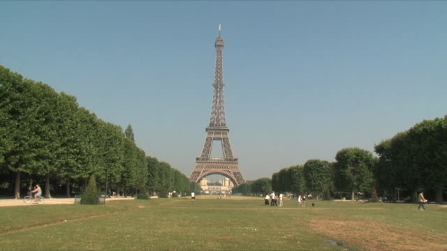 ws view of people at eiffel tower / paris, ile de france, france - eiffel tower stock videos & royalty-free footage