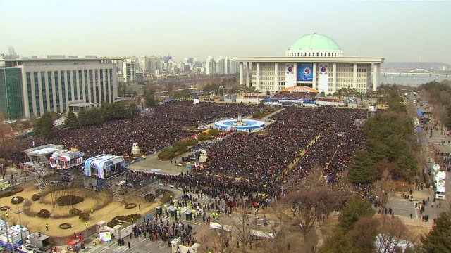 ws view of people at national assembly (ceremony for new president) / seoul, seoul, south korea - 水の形態点の映像素材/bロール
