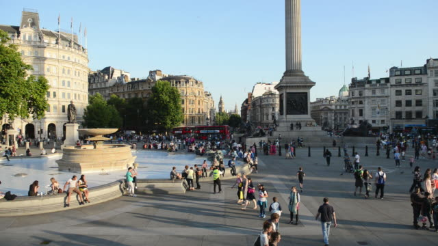 WS View of people at Trafalgar Square, London / London, United Kingdom