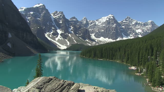 ws view of people enjoying moraine lake in ten peaks valley at nationalpark / lake louise, alberta, canada - valley of the ten peaks stock videos and b-roll footage