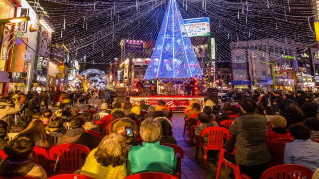vídeos y material grabado en eventos de stock de view of people enjoying together at the nampodong christmas tree culture festival (popular travel destination) - letrero de tienda