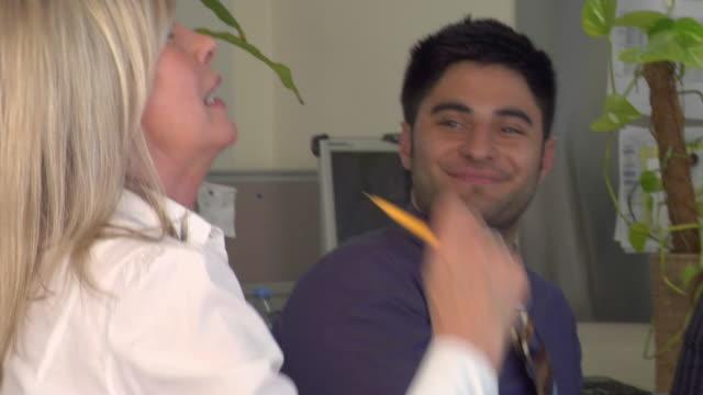 stockvideo's en b-roll-footage met cu tu pan view of people in office meeting / london, uk  - man met een groep vrouwen