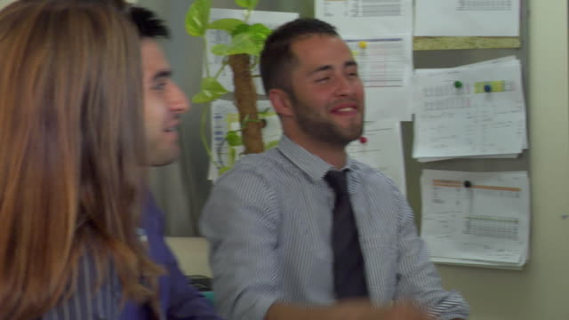 vídeos de stock, filmes e b-roll de ms zo pan view of people in office meeting / london, uk  - camisa e gravata