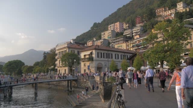 vídeos de stock e filmes b-roll de view of people leaving cruise boat in harbour at como, lake como, lombardy, italian lakes, italy, europe - embarcação comercial