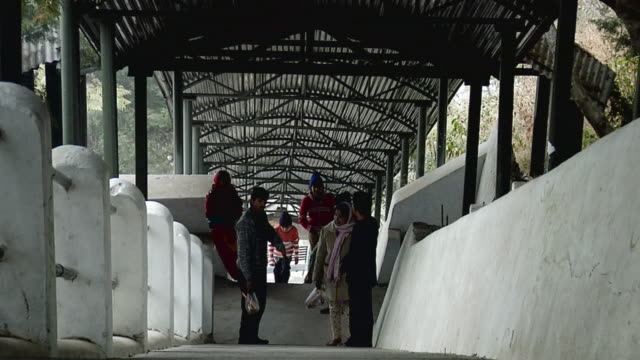 vídeos de stock, filmes e b-roll de ws zo view of people moving upstairs / rishikesh, uttarakhand, india - rishikesh