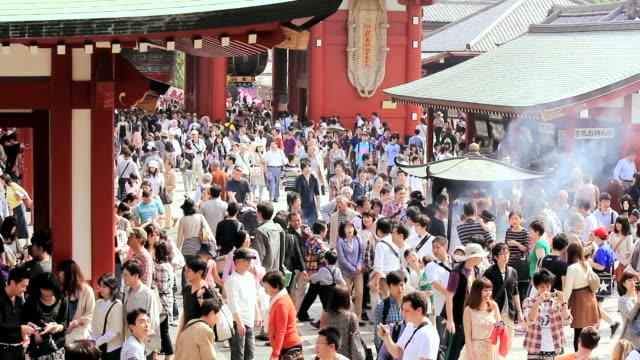 vídeos de stock, filmes e b-roll de ws ha view of people near senso ji temple / asakusa, tokyo, japan - templo asakusa kannon