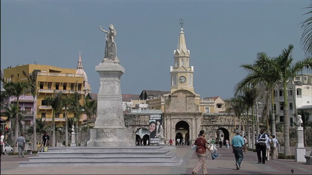 vídeos de stock e filmes b-roll de ws view of people passing statue in the city / colombia - mill