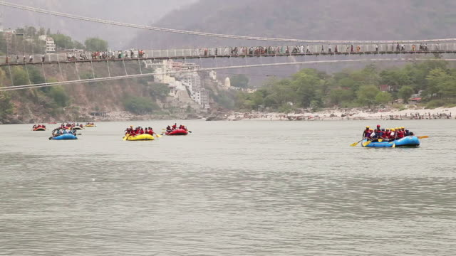 vídeos de stock, filmes e b-roll de ws pan view of people rafting in ganges river / rishikesh, uttarakhand, india - rishikesh