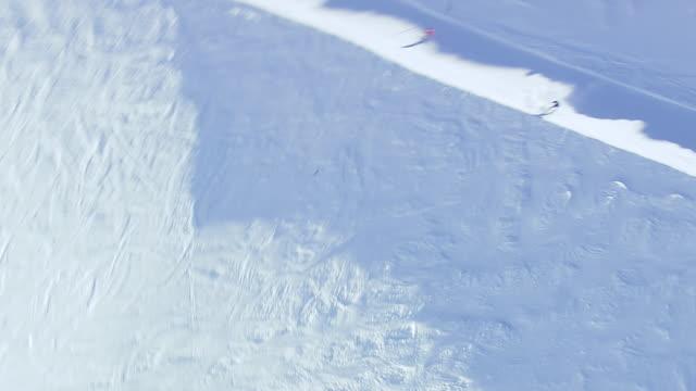 vídeos y material grabado en eventos de stock de ws aerial view of people skiing on ice / switzerland - vacaciones en la nieve