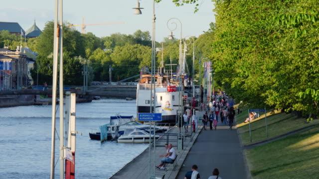 vídeos y material grabado en eventos de stock de view of people strolling and boats in turku city (the oldest city in finland) - escritura occidental