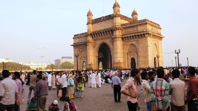 vidéos et rushes de ws t/l view of people visit gateway of india monument built during british raj / mumbai, india - cultures