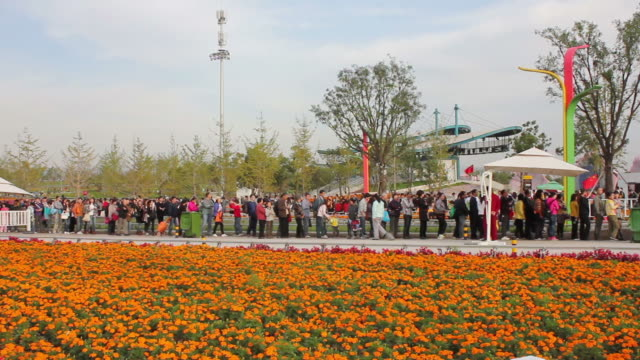 vidéos et rushes de ws pan view of people waiting in line in 2011 international horticultural exposition/xian,shaanxi,china - file attente