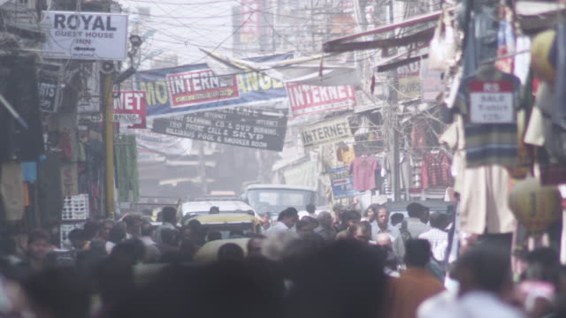 vídeos de stock, filmes e b-roll de ws view of people waling on street / delhi, delhi , india - escrita ocidental