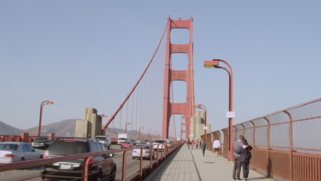 vídeos de stock, filmes e b-roll de ws view of people walking and cars running on golden gate bridge / san francisco, california, united states - golden gate bridge