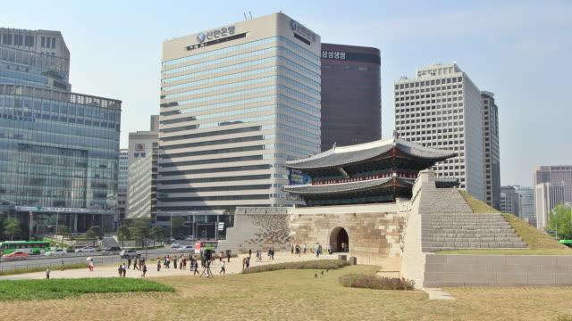 ws t/l view of people walking at namdaemun gate (first of korea national treasure) / seoul, south korea - besichtigung stock-videos und b-roll-filmmaterial