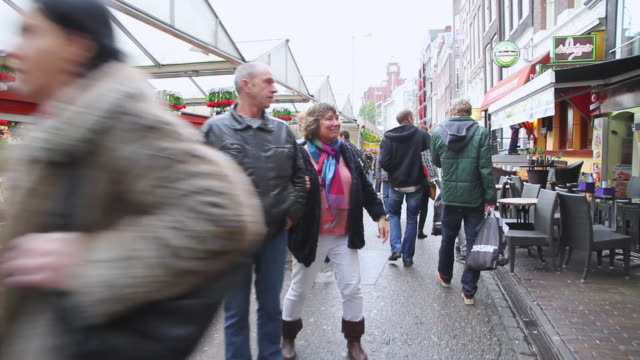stockvideo's en b-roll-footage met ws pov view of people walking in market / amsterdam, netherlands - markt