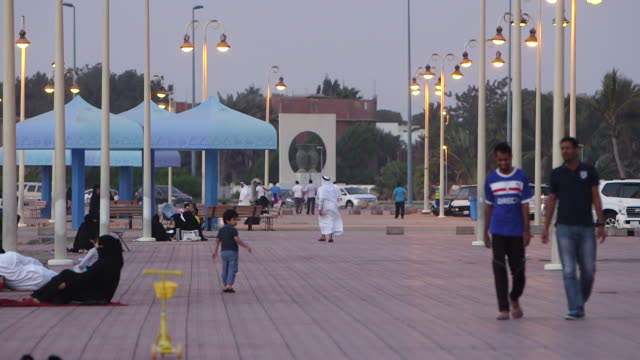 view of people walking on the corniche in jeddah. - サウジアラビア点の映像素材/bロール