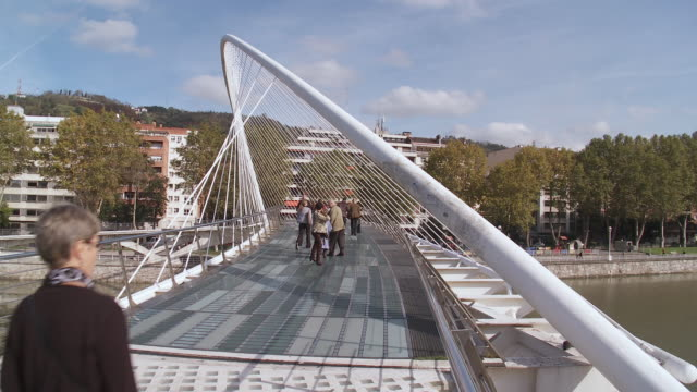 vídeos y material grabado en eventos de stock de cu view of people walking on zubizuri footbridge / bilbao, biscaye, spain - grupo grande de personas