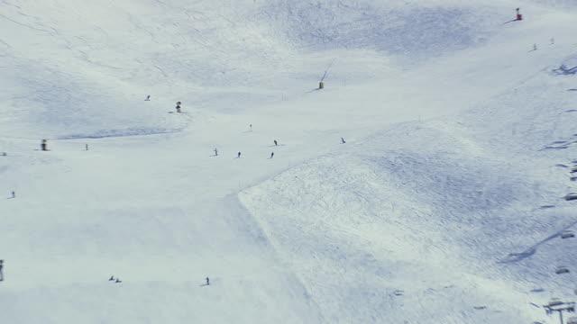 vídeos y material grabado en eventos de stock de ws aerial view of peoples skiing at ice/ switzerland - vacaciones en la nieve