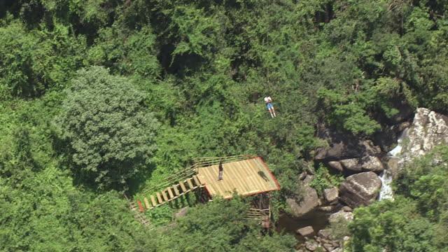 vídeos y material grabado en eventos de stock de ws aerial ts view of person who has just bungee jumping / nelspruit, mpumalanga, south africa - puenting