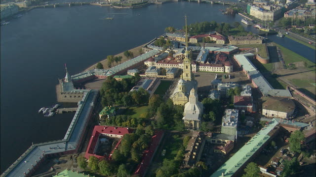 ws pov zi aerial view of peter and paul fortress / saint petersburg city, saint petersburg, russia - st. petersburg russia stock videos & royalty-free footage