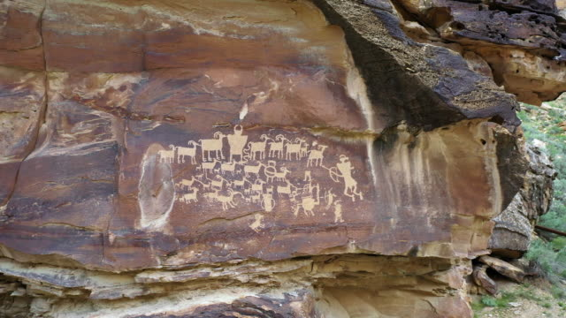 vídeos de stock, filmes e b-roll de view of petroglyphs carved into the cliffs in utah rotating - anasazi