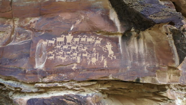 vídeos de stock, filmes e b-roll de view of petroglyphs carved into the cliffs in utah - anasazi