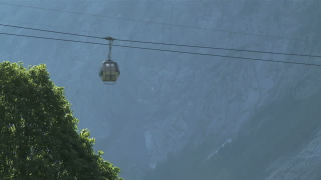 stockvideo's en b-roll-footage met ws view of pfingstegg and overhead cable car / grindelwald, bernese alps, switzerland - kabelwagen