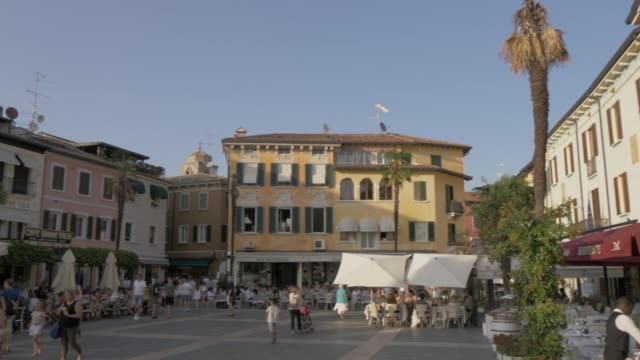 view of piazza giosue carducci in sirmione, lake garda, lombardy, italy, europe - vita cittadina video stock e b–roll
