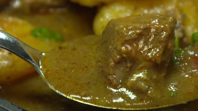 vídeos y material grabado en eventos de stock de view of picking up goat meat with spoon out of goat meat curry(jamaican food) - cuchara