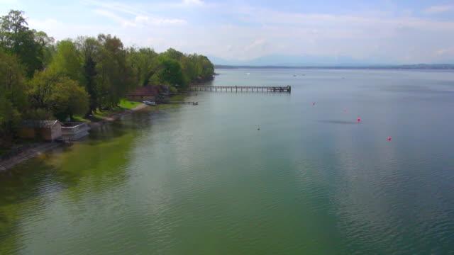 ws aerial view of piers at lake starnberg / wolfratshausen, bavaria, germany - ruhige szene stock-videos und b-roll-filmmaterial