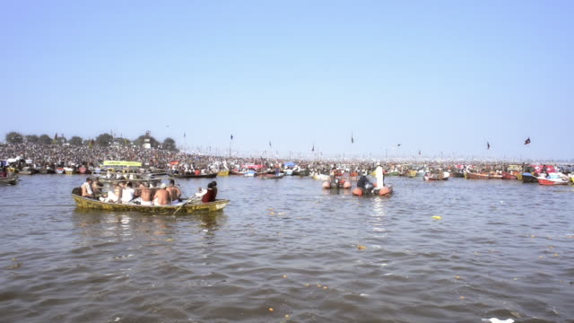 ws ts view of pilgrims in boats during kumbh mela on river ganges / allahabad, uttar pradesh, india - 四匹点の映像素材/bロール