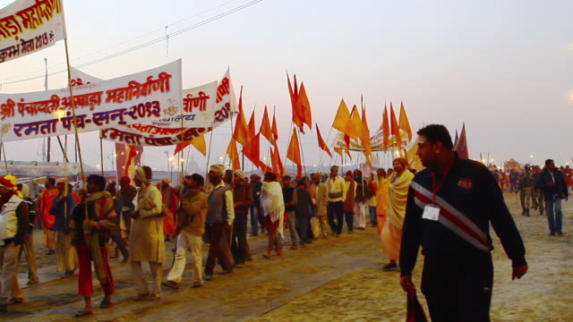 ws view of pilgrims in kumbh mela / allahabad, uttar pradesh, india - gemeinsam gehen stock-videos und b-roll-filmmaterial