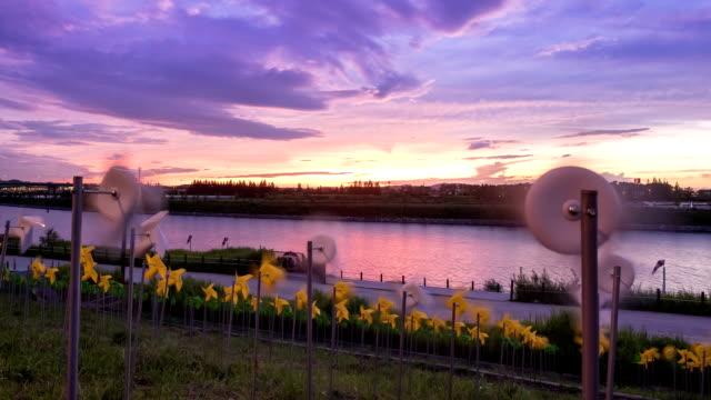 vídeos de stock, filmes e b-roll de view of pinwheel in the gyeongin ara waterway at the sunset - céu romântico