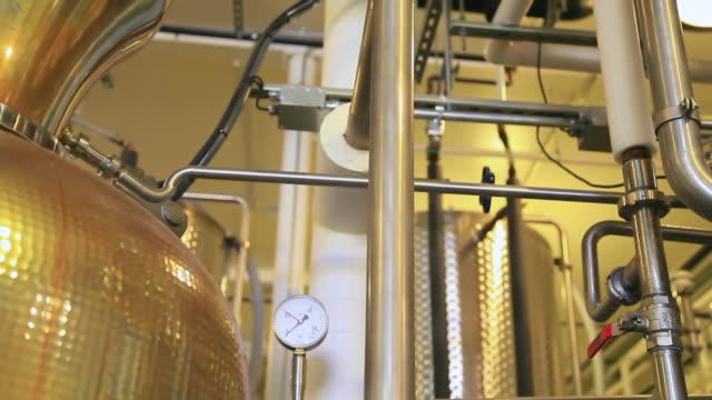vídeos de stock e filmes b-roll de ms tu view of pipes and beer vat / united states - complexidade