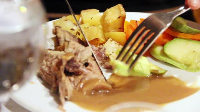 vidéos et rushes de cu view of plate with lamb and vegetables / aswan, egypt - viande