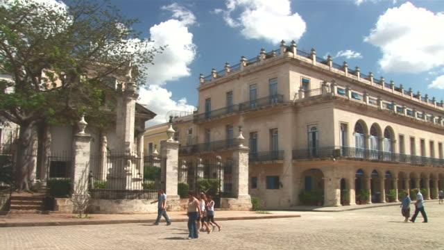 ws pan view of plaza de armas to el templete / havana city, havana, cuba - besichtigung stock-videos und b-roll-filmmaterial