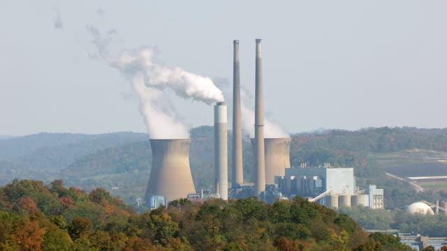 vídeos y material grabado en eventos de stock de ws aerial view of pleasants power station on ohio river / belmont, west virginia, united states - río ohio