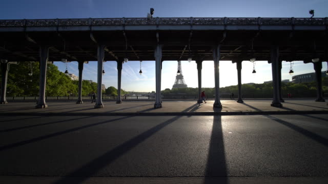 view of pont de bir-hakeim and eiffel tower in paris - pont de bir hakeim stock videos & royalty-free footage