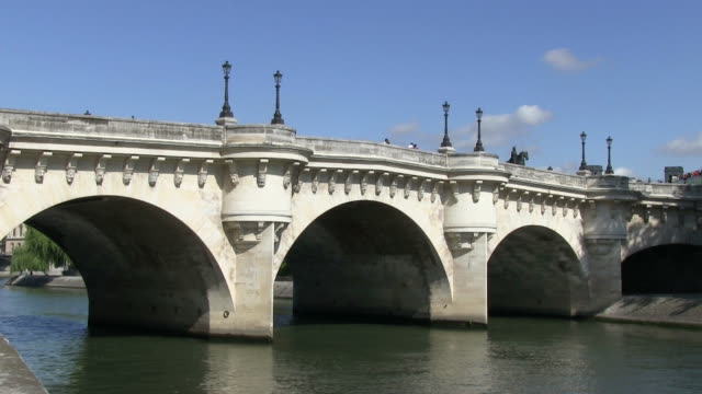 ms view of pont neuf and river seine / paris, ile-de-france, france    - ポンヌフ点の映像素材/bロール