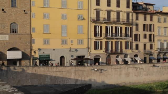 vídeos y material grabado en eventos de stock de view of ponte vecchio from ponte santa trinita, florence, tuscany, italy, europe - ponte