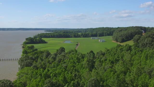 ws aerial pov view of potomac river with farm / maryland, united states - maryland delstat bildbanksvideor och videomaterial från bakom kulisserna