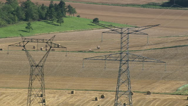vidéos et rushes de ws aerial zi ds view of power lines at farmland / picardy, france - haute tension