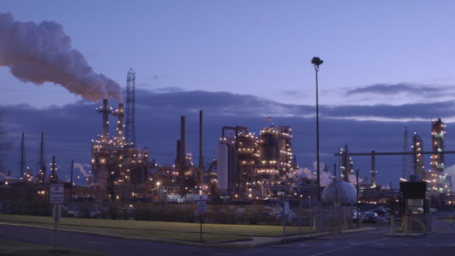 ws view of power plant at dusk / linden, new jersey, usa - dissolvenza in chiusura video stock e b–roll