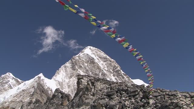 ws view of prayer flags waving in air infront of kala pattar and peak of pumo ri / gorak shep, khumbu region, nepal - khumbu stock videos and b-roll footage