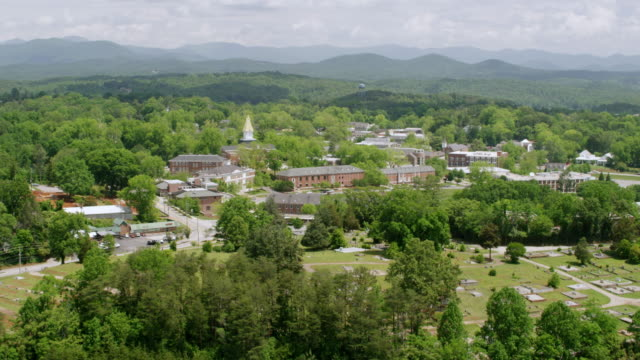 vidéos et rushes de ws aerial pov view of price memorial hall with tree area and mountains in background / dahlonega, georgia, united states - town hall