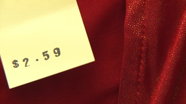cu pan view of price tag on clothing in thrift store / morris, illinois, usa - 価格点の映像素材/bロール