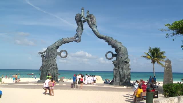 vídeos y material grabado en eventos de stock de ws view of promenade entrance to the beach with the portal maya sculpture / playa del carmen, quintana roo, mexico - playa del carmen