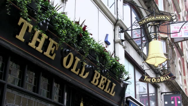 stockvideo's en b-roll-footage met ms view of pub exterior / london, england, great britain  - bar gebouw